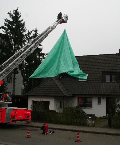 https://www.helpi.com/images/Feuerwehrprogramm/Ausruestung/Abdeckplanen_und_Notdaecher/ABPL-RWNODA-Bild1.JPG